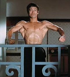Bruce Lee spänner sig i The Way of the Dragon (1972)
