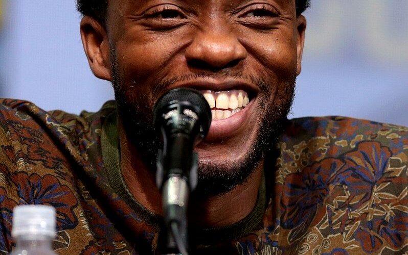 Chadwick Boseman är så glad som man blir när det är Filmsnacksfredag