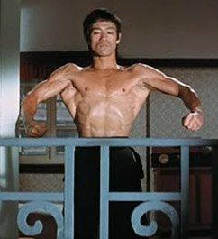 Bruce Lee spänner sig i The Way of the Dragon (1972)