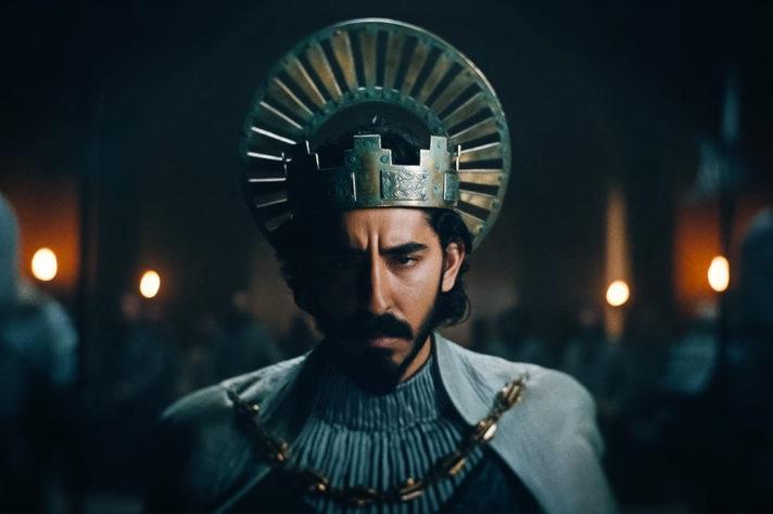 Dev Patel med kungakrona i The Green Knight